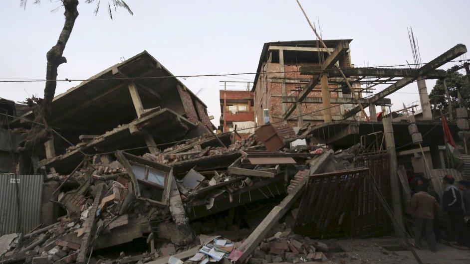 Lidé se dívají na zbořené domy ve městě Imphál.