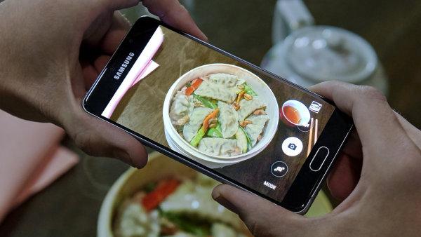 Samsung Galaxy A5 v druh� generaci nab�z� kr�sn� design i poveden� displej a solidn� fotoapar�t