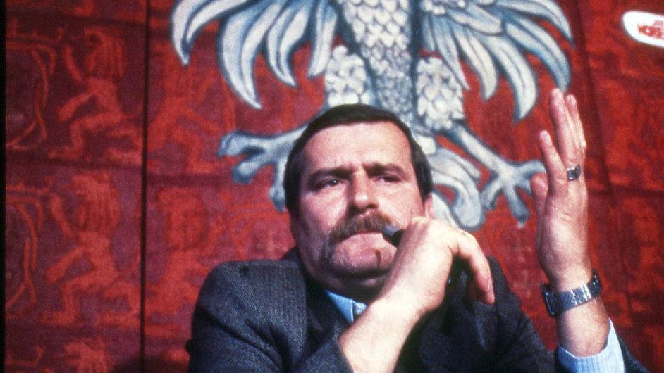 Nobelista iagent?Lech Walesa naarchivní fotografii zroku 1983, kdy dostal Nobelovu cenu za mír.