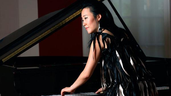 Helen Sungov� cel� d�tstv� v USA studovala klasick� klav�r u rusk� u�itelky.