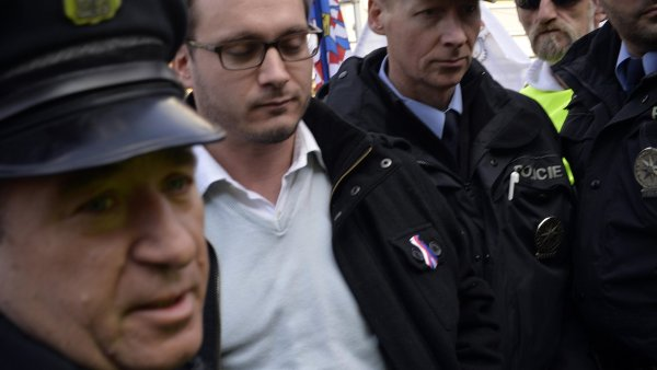 Policist� na demonstraci zadr�eli p�edsedu N�rodn� demokracie Adama B. Barto�e (druh� zleva).