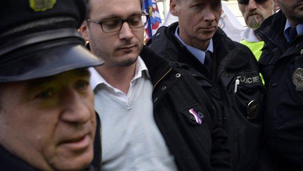 Policisté na demonstraci zadrželi předsedu Národní demokracie Adama B. Bartoše (druhý zleva).