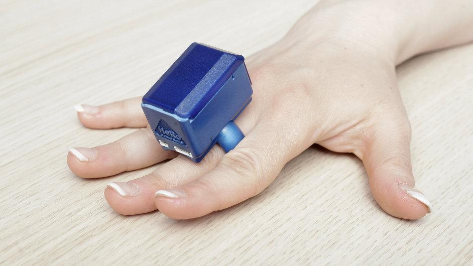 Přístroj HeRo jako prsten měří tlak.