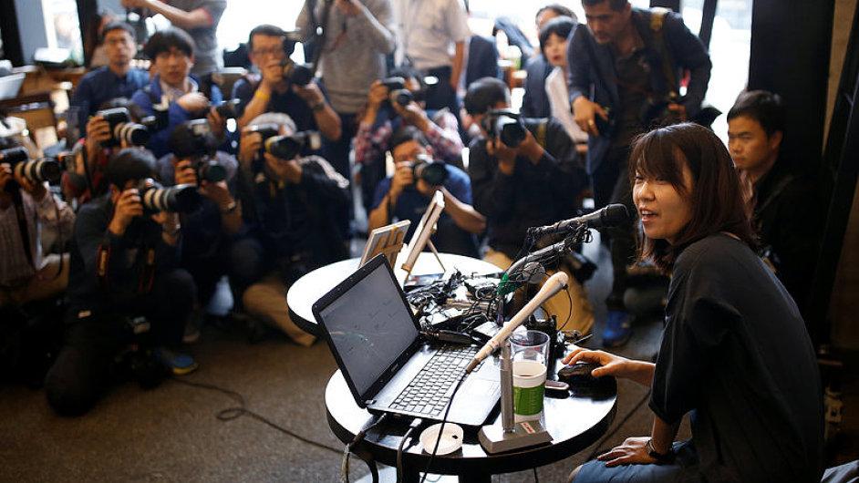 Na první tiskovou konferenci Han Kang od jejího návratu do Koreje dorazilo přes stovku novinářů.