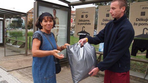 JCDecaux kampaní připomíná, že k pomoci potřebným někdy stačí málo