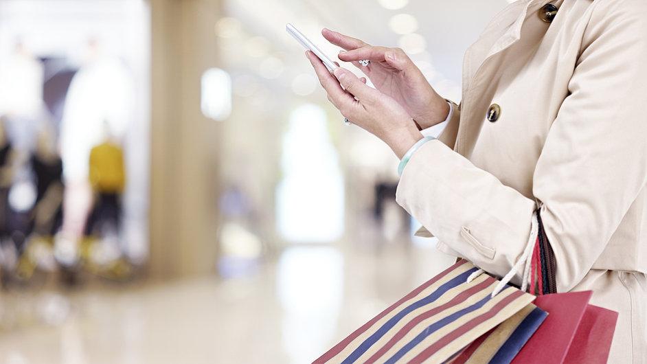 Internet v mobilu, mobil, nákupy - ilustrační foto