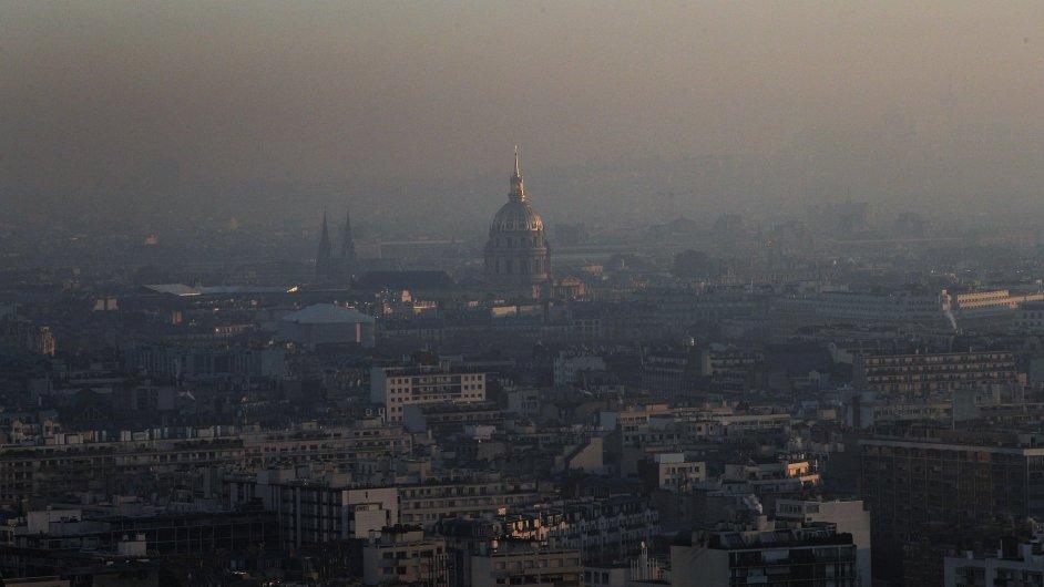 Paříž postihla nejhorší smogová situace za posledních deset let.