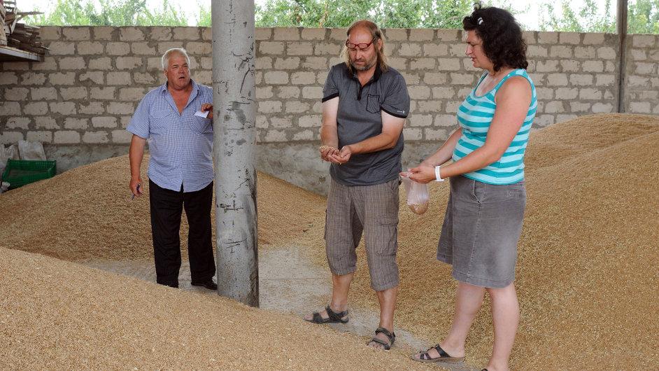 Šárka Kobzová a Martin Hutař (uprostřed) z firmy Pro-Bio u moldavských farmářů.