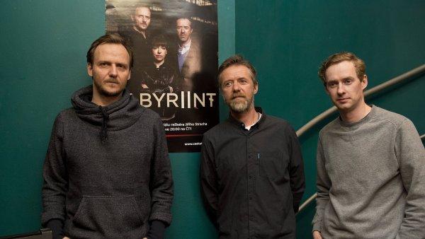 Na snímku z projekce druhé řady seriálu Labyrint jsou herci Jan Hájek, Jiří Langmajer a Michal Dalecký.