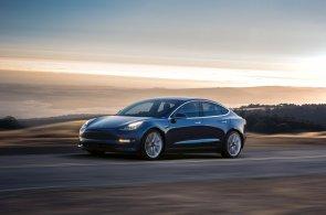 Tesla představila sériový Model 3. Nabízí kombinaci dlouhého dojezdu a příznivé ceny, automobilka registruje půl milionu předobjednávek