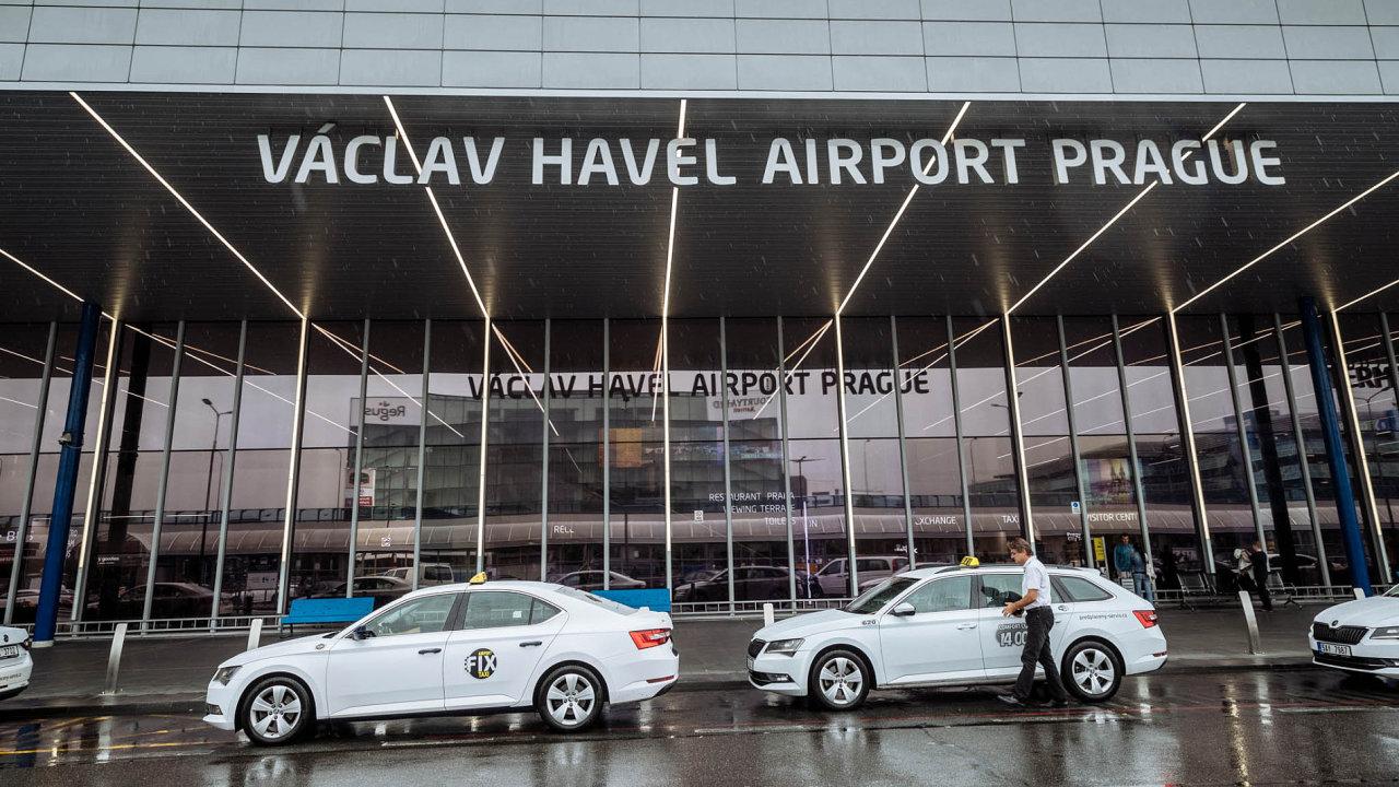 Na pražském letišti se sešlo několik taxikářů protestujících proti Uberu, jde již o druhou akci během týdne.