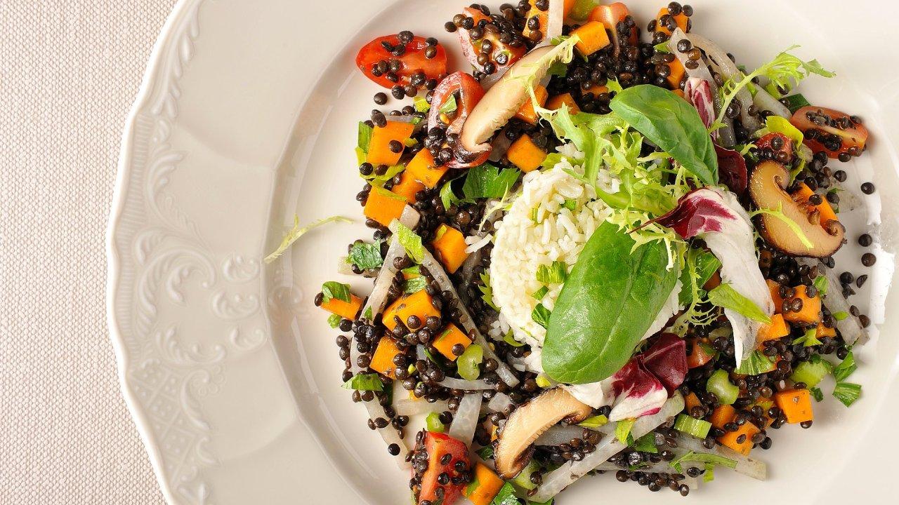 Ragú z černé čočky beluga, podzimní zelenina, šalotková rýže, pečená rajčátka