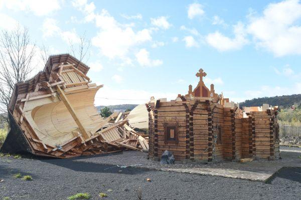 V Mostě se kvůli silnému větru zřítil pravoslavný dřevěný kostel