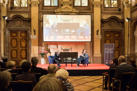 Snímek ze sobotní debaty Michaela Marche s Robertem Menassem na Festivalu spisovatelů Praha.