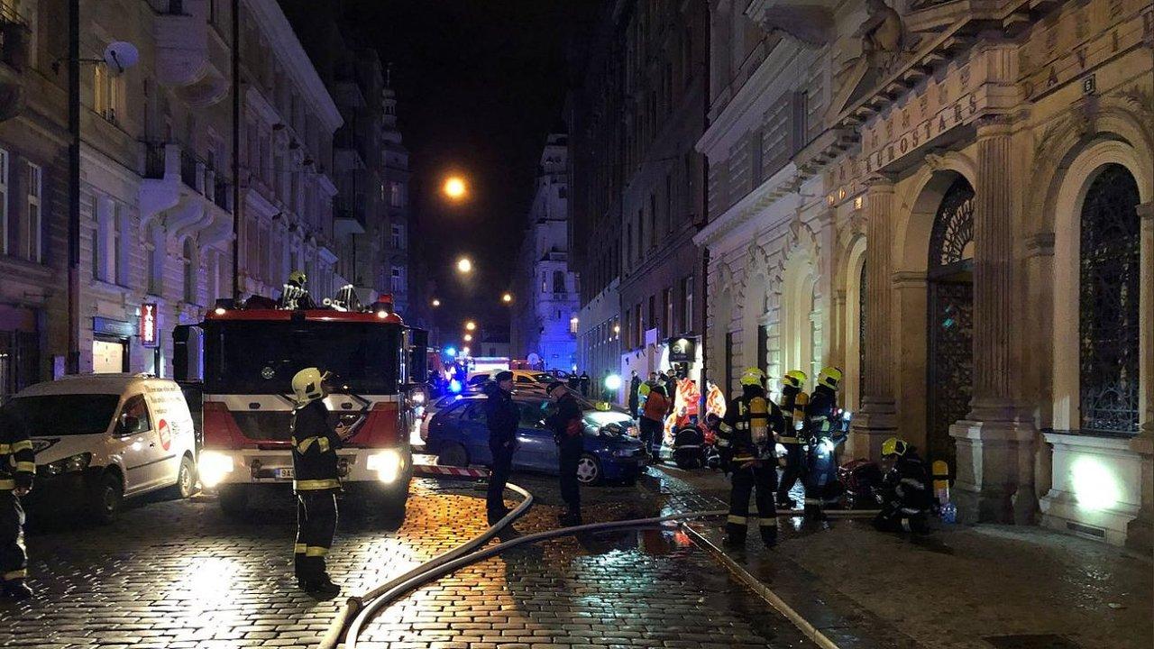 Hasiči zasahují v pražském hotelu na Náplavní ulici.