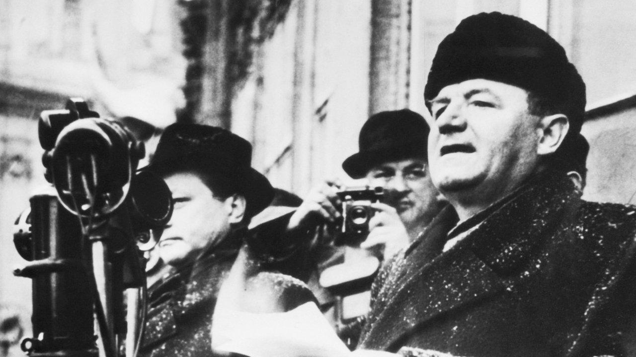 Slavné věty pronesl Klement Gottwald na Václavském náměstí, ačkoliv nejslavnější snímek z únorových dnů byl pořízen na náměstí Staroměstském.