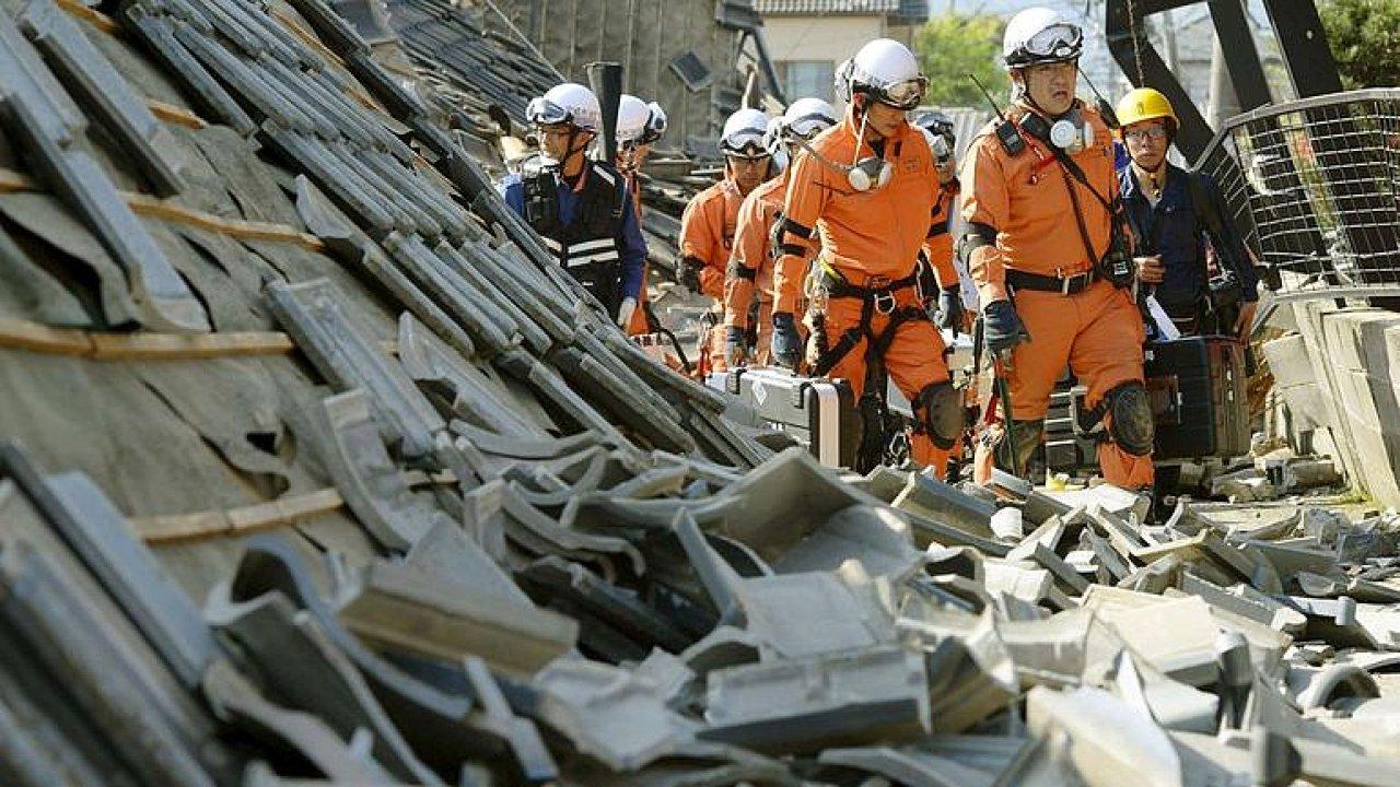 Sever Japonska postihlo silné zemětřesení, způsobilo sesuvy půdy.