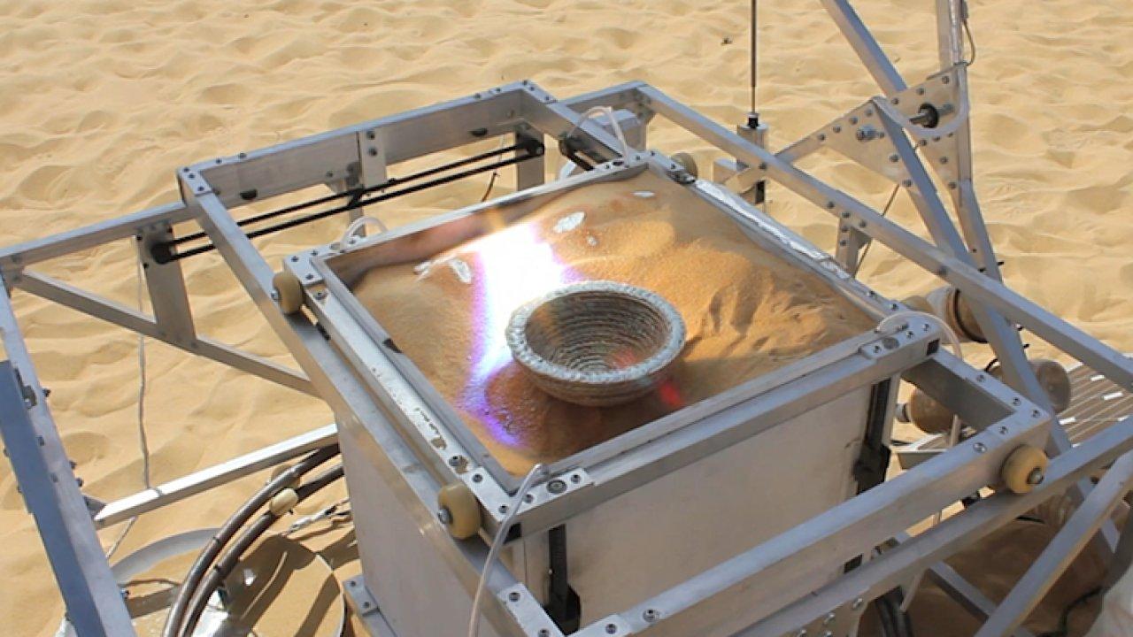 Umělec zkonstruoval stroj, který dokáže tisknout skleněné výrobky z písku