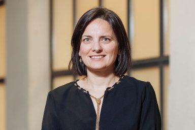 Dana Denis-Smithová: Bývalá novinářka aprávnička původem zRumunska. Dnes majitelka firmy o 1000 zaměstnancích.
