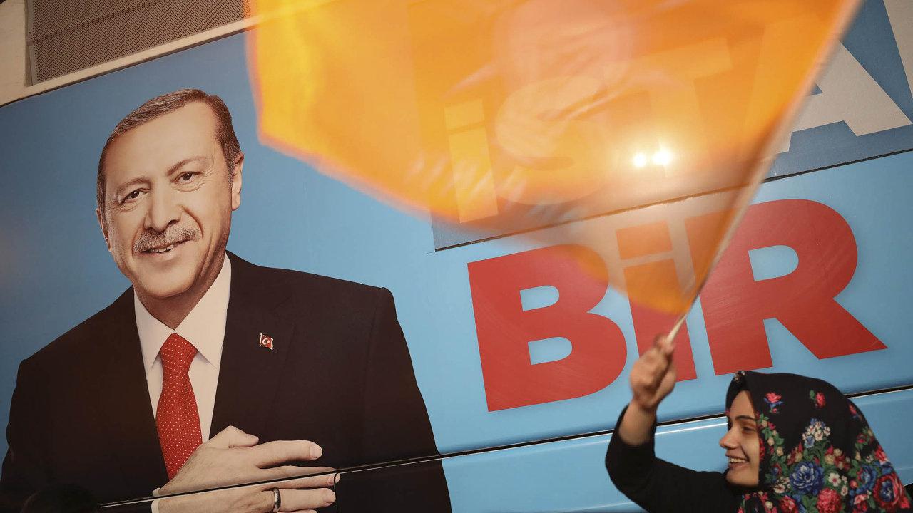Autoritářský prezident Recep Tayyip Erdogan se svou stranou vyhrál místní volby, ale ztratil radnici vAnkaře ivIstanbulu.