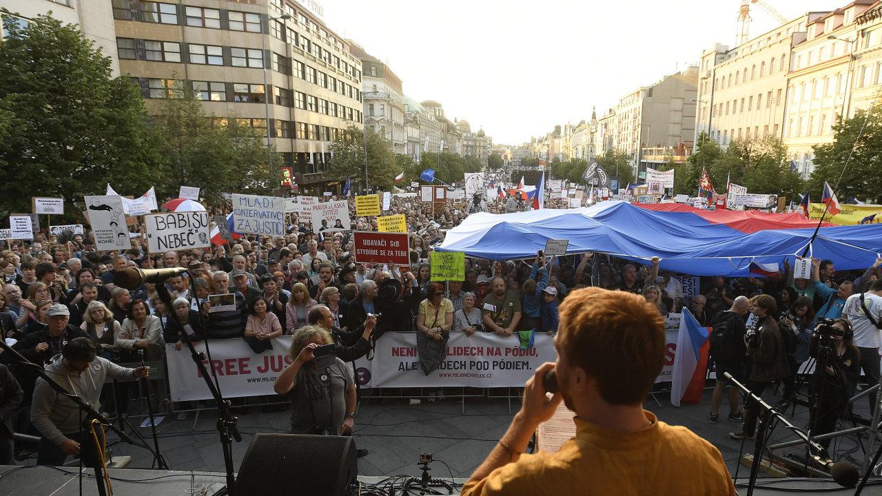 Demonstrace proti vládě zaplnila Václavské náměstí