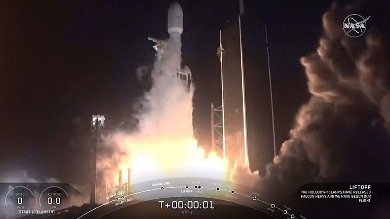 Raketa Falcon Heavy úspěšně odstartovala. Nese 24 satelitů.
