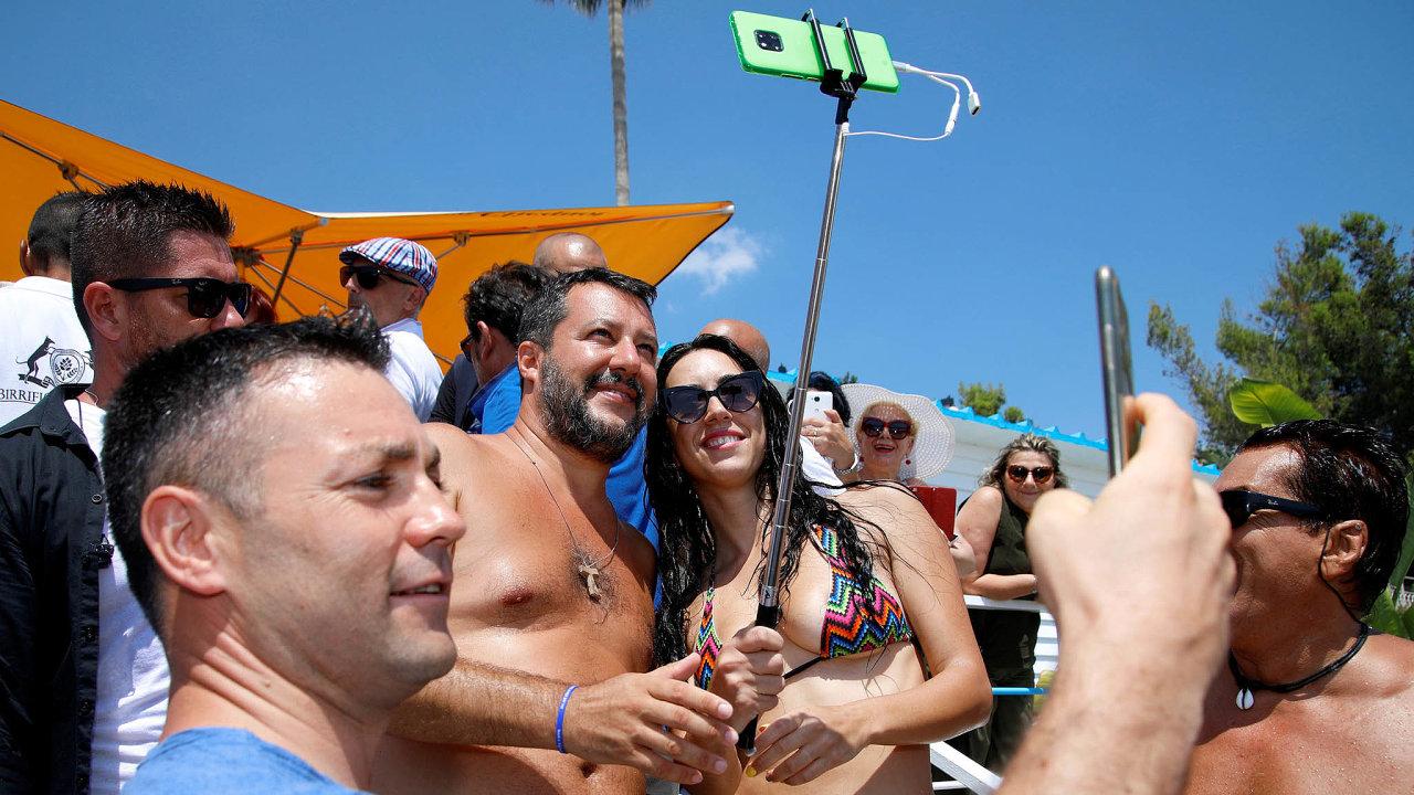 Kampaň napláži: Předseda Ligy Matteo Salvini objíždí italská letoviska amluví slidmi nadovolené. Chystá se napředčasné volby. Nasnímku vsicilském letovisku Taormina.