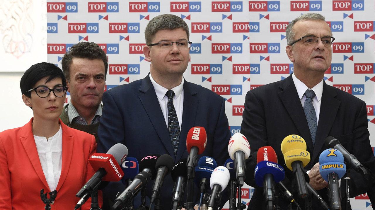 Markéta Pekarová Adamová aTomáš Czernin (vzadu) kandidují dovedení TOP 09. Poslankyni podporuje odcházející předseda Jiří Pospíšil (uprostřed), senátorovi pomáhá zakladatel strany Miroslav Kalousek.