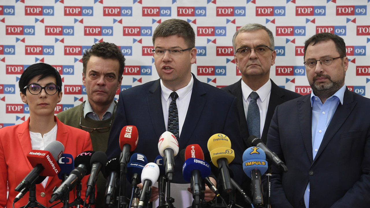 Jiří Pospíšil (uprostřed) je na odchodu z čela TOP 09. O místo se utkají Markéta Pekarová Adamová (vlevo) a Tomáš Czernin (druhý zleva). Na snímku jsou ještě Miroslav Kalousek a Michal Kučera.