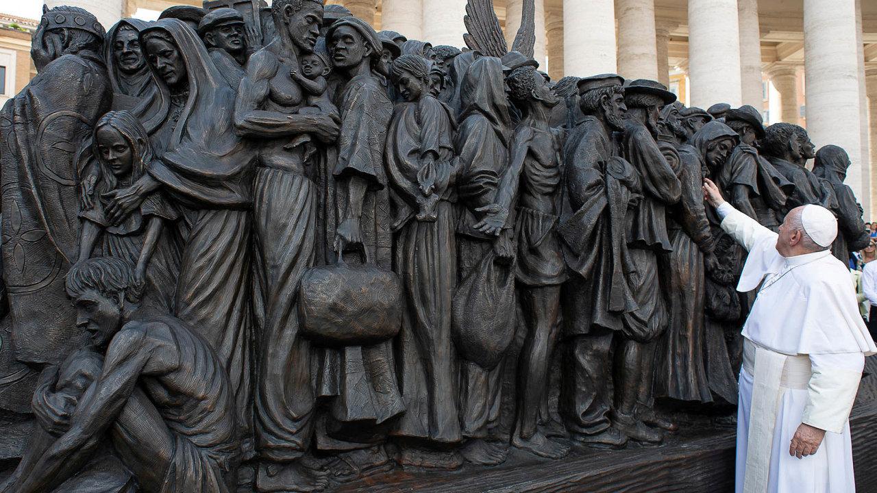 Ojedinělá skulptura. Papež František u nové vatikánské sochy věnované historii migraci obyvatel Země.