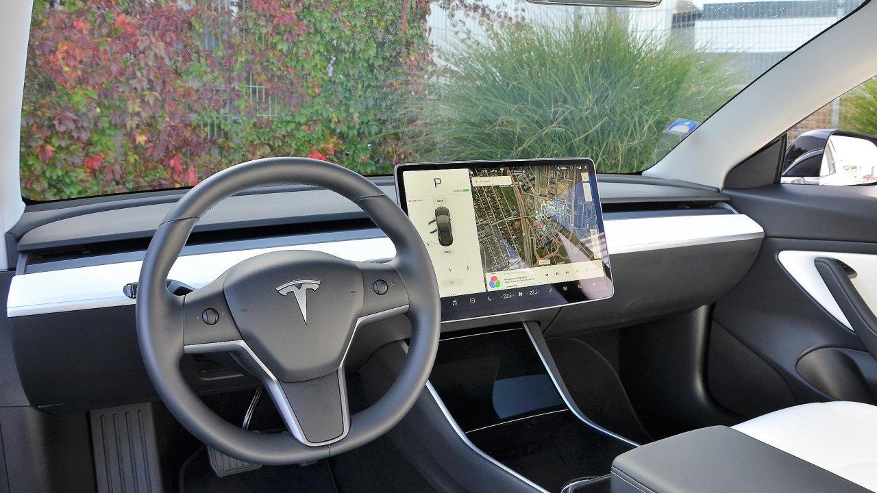 Palubní deska Tesly Modelu 3 je minimalistická, řidič vše ovládá z dotykového displeje.