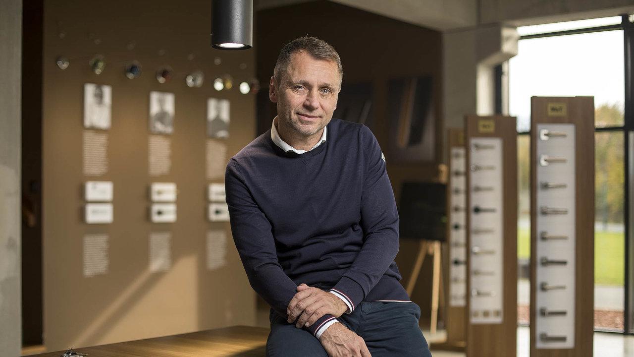Patnáct let se Ivo Ulich živil fotbalem vČesku, Německu aJaponsku. Užběhem fotbalové kariéry ale začal ispodnikáním. Dveřní aokenní kliky jeho firmy M&T jsou známé svým výjimečným designem.