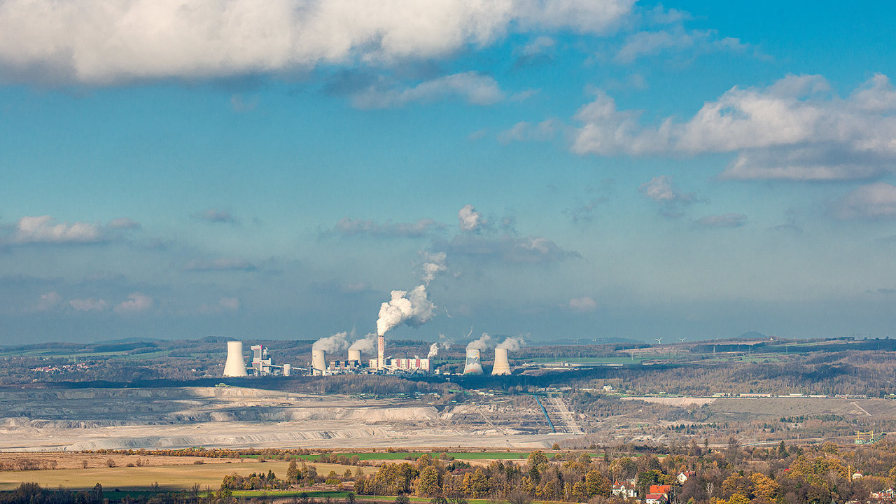 Těžba v hluboké jámě dolu Turów k sobě stahuje podzemní vodu z okolí už dnes. Kdyby se neodčepávala, byl by důl pod hladinou. Těžaři přitom usilují o prohloubení o další desítky metrů.