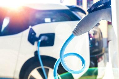 Přechod od spalovacích motorů na auta poháněná elektřinou zatřese celým odvětvím.