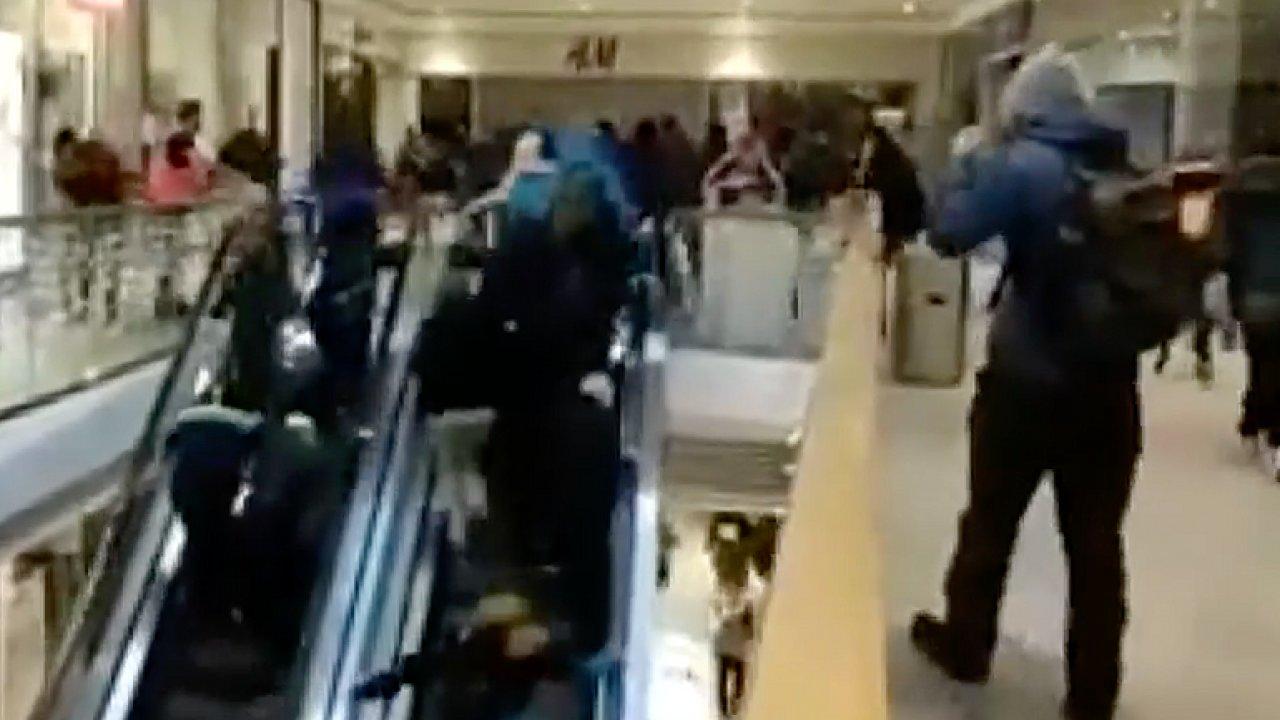 Nákupní vřava v Jablonci: Lidé kvůli slevám na elektroniku padali na eskalátorech.