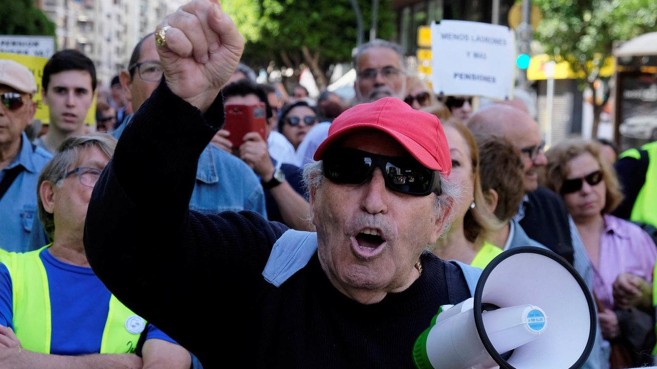 Zvýšení penzí, za které důchodci často protestují patří imezi závazky, kekterým se Sánchezovi socialisté přihlásili vkoaliční dohodě skrajně levicovým uskupením Unidas Podemos (Společně můžeme).