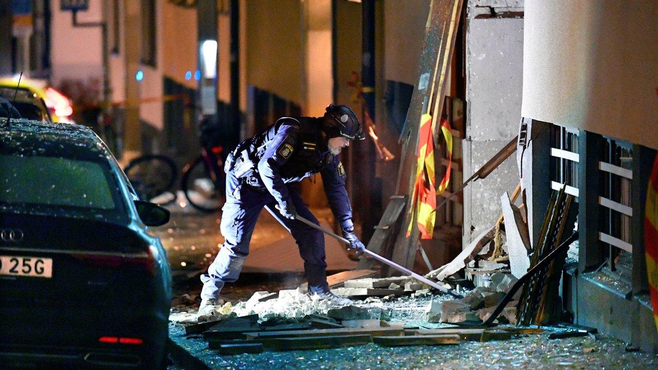 Luxusní čtvrtí Östermalm v centru Stockholmu otřásla silná exploze způsobená nastraženou výbušninou. Výbuch poškodil přilehlé budovy a v okolí zaparkovaná auta.