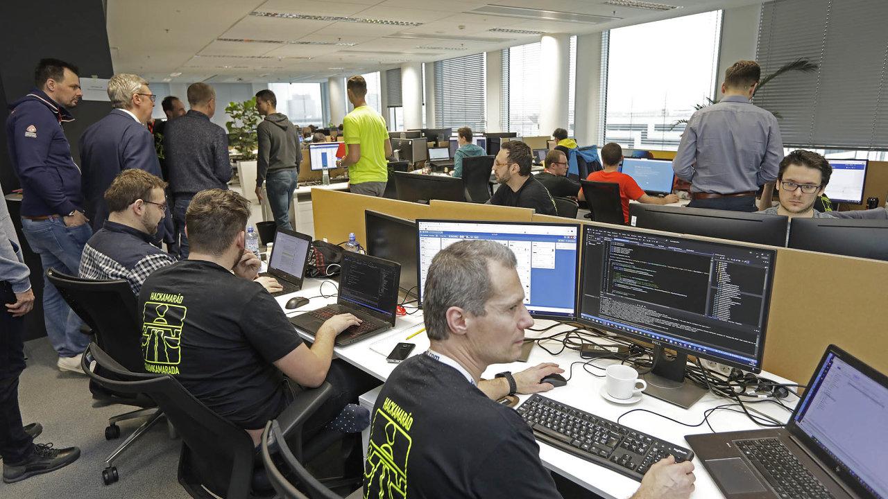 IT dobrovolníci odpátku doneděle státu zdarma programovali systém naon-line prodej dálničních známek. Takzvaný hackathon zorganizoval podnikatel Tomáš Vondráček.