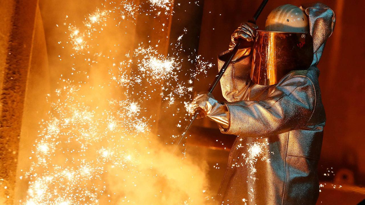 Německý průmysl klesá. Snímek je z ocelárny ThyssenKrupp v Duisburgu.