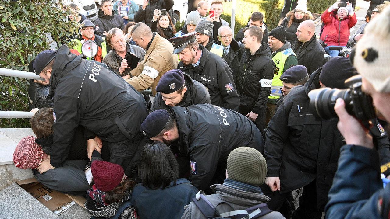 OmbudsmanStanislavKřeček s policisty čelil odpůrcům.