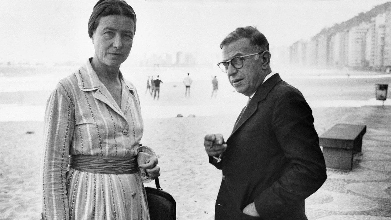Filozofové Simone de Beauvoirová aJean-Paul Sartre napláži Copacabana vRiu, září 1960.
