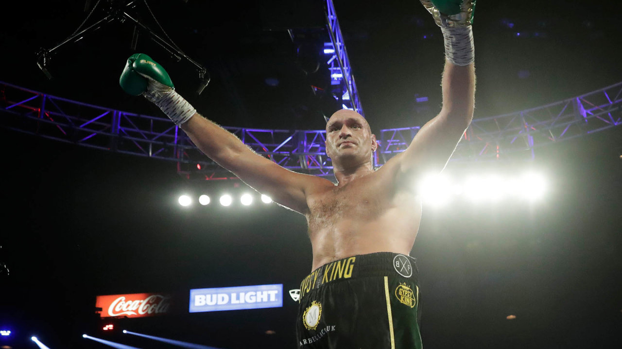 Tyson Fury si užívá výhru, knockoutoval svého soupeře astal se šampionem.
