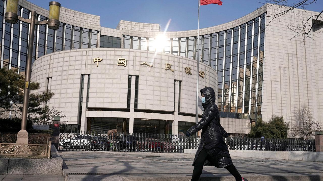 Malým astředním firmám nabídne Peking levné úvěry. Čínská centrální banka (na snímku) nanich prostřednictvím komerčních bank rozpůjčuje 537 miliard jüanů (zhruba 1,8 bilionu korun).