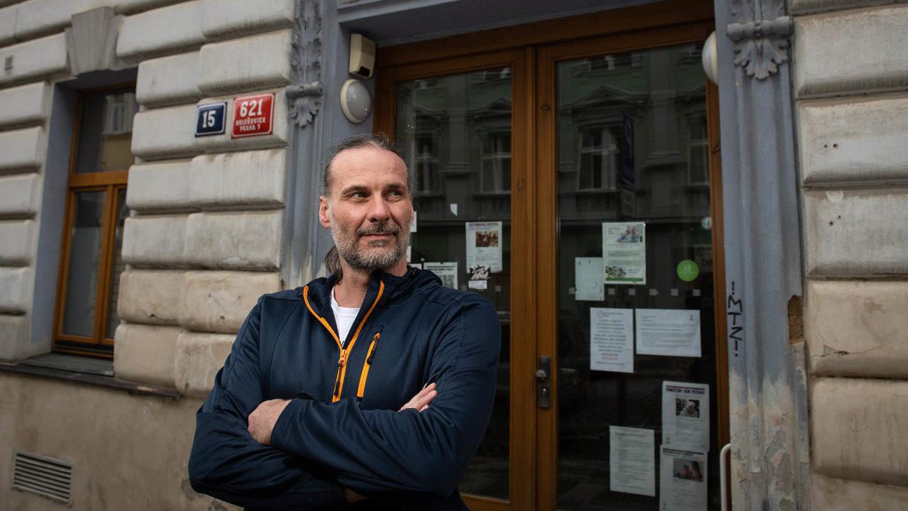 Odčerta kďáblu. Jana Policara zPečovatelského centra vPraze 7 odkázal výrobce respirátorů naministerstvo ato zase navýrobce.