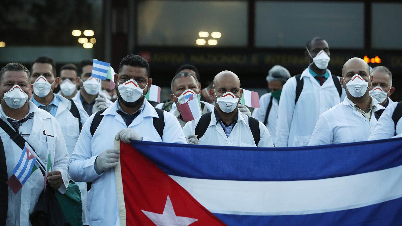 Kuba poslala Itálii napomoc vboji skoronavirem 53 lékařů. Přistáli namilánském letišti Malpensa.