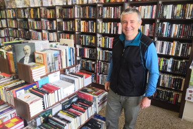 Tržby váznou. Majitel jilemnického Knihkupectví U Malých Evžen Malý má po opětovném otevření obchodu jen zhruba jednoho zákazníka za hodinu.