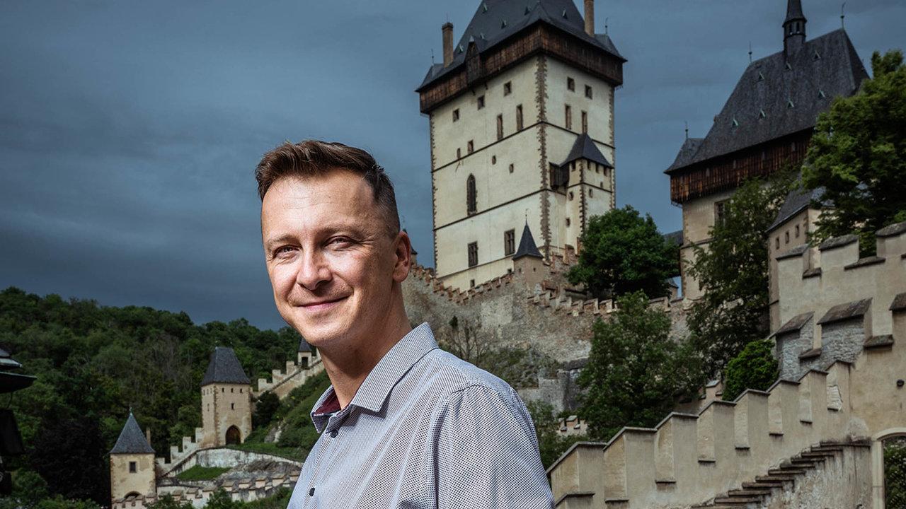 Kastelán pro lidi. Při všech povinnostech spojených s řízením hradního provozu nezapomíná Lukáš Kunst na svou průvodcovskou zálibu a vede speciální prohlídky Karlštejna.