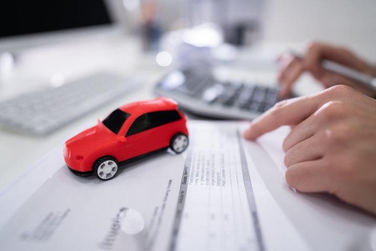 Koupě automobilu patří k nejčastějším důvodům, proč si půjčujeme peníze. Často se zadlužujeme také kvůli spotřební elektronice nebo bydlení.