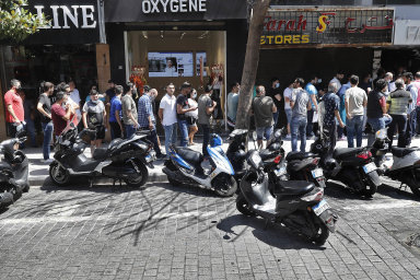 Fronta nadolary: Kvůli propadu domácí měny stále více Libanonců shání dolary, aby kvůli inflaci nepřišli oúspory. Nasnímku fronta vBejrútu.