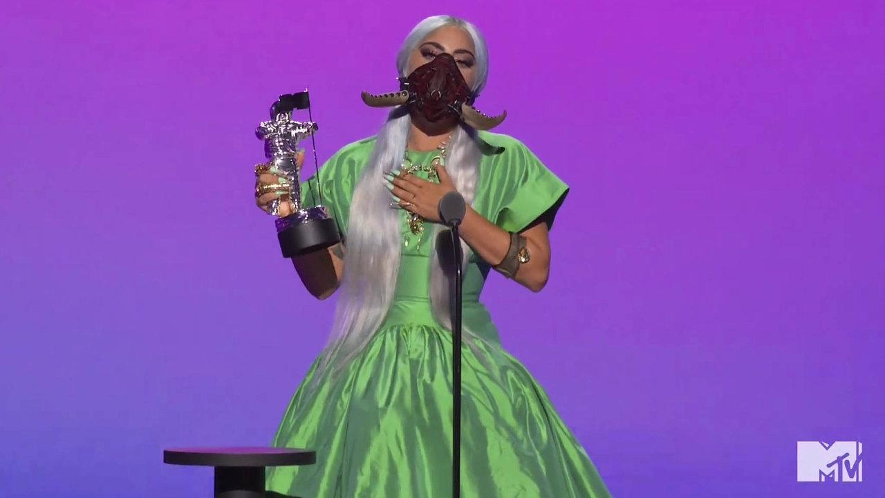Lady Gaga během vyhlašování měnila kostýmy.